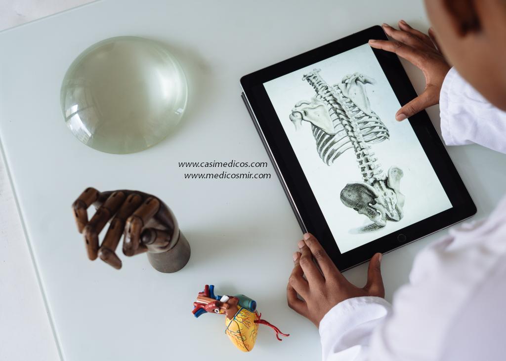 título de médico especialista en Medicina Legal y Forense | Foto de Retha ferguson